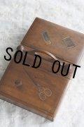希少 1900年代初期 スコットランド製 オリーブの木製 アンティーク ソーイングボックス 両開きの上蓋には、手書きの裁縫道具絵 幅22.5cm