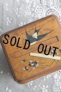希少 アンティーク モシュリンヌ 手書きの可愛いツバメ&スミレ オリーブの木製 からくりタバコBOX 12.4×9.6×高9.3〜15.0cm