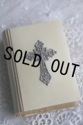 美品 1913年 フランス製 アンティーク聖書 アイボリーセル 豪華な透かしのシルバー十字架 聖母マリアの挿絵 402ページ