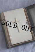 お買い得 希少な箱入り 1858年 フランス製 アンティーク聖書 素晴らしい質感のアイボリー 浮かび上がった十字架 940ページ