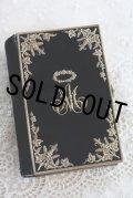 大変豪華な逸品 1860年 フランス製 アンティーク聖書 深濃紺ベルベット表装 見事な真鍮の葡萄・花冠とモノグラム 十字架留め具 892ページ