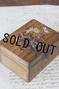 手書きの可憐なスミレとマーガレットの花束 アンティーク モシュリンヌ ジュエリーボックス オリーブの木製 10.1×7.7×H 5.2cm 1900年代初期製