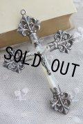 豪華美品 1900年代初期 フランス製 アンティーク クロス 透かし飾りの純銀 & マザーオブパールの十字架 キリスト像 8.3×5.8cm