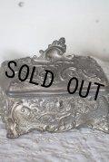 1900年代初期 フランス製 枯れた風合いが素敵な金属製 アンティーク ジュエリーボックス(大) シルククッション張り 1.49kg